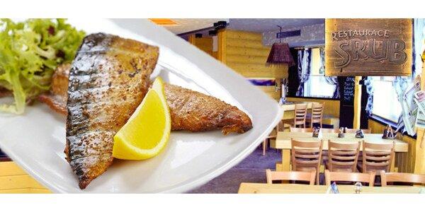 Dvě grilované makrely se zeleninou a chlebem