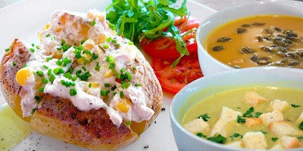 Domácí polévka a pečená brambora s náplní