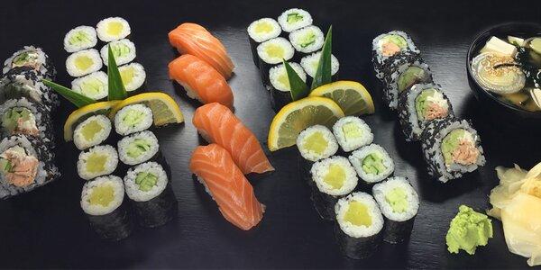Sushi set plný lahodných rolek a polévka miso