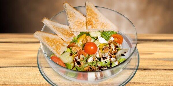 Čerstvý zeleninový salát a Red Espresso na ledu