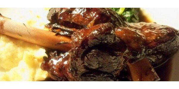 Jehněčí kolínko pečené na rozmarýnu a česneku s listovým špenátem a…