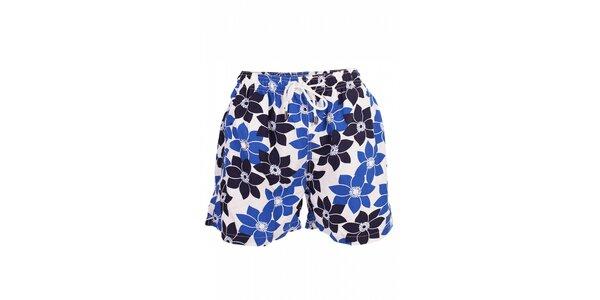 Pánskékoupací šortkyDavid smodrými květy a krátkými nohavičkami