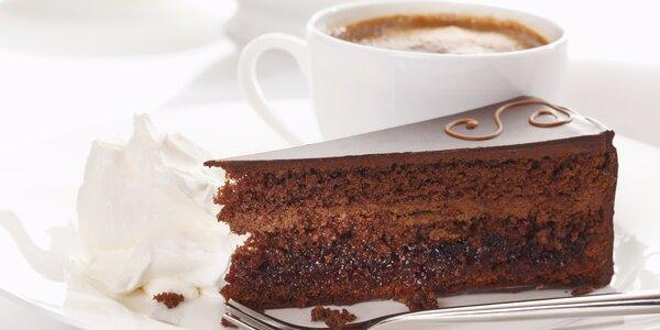 Voňavá káva a dezert z Café Florian