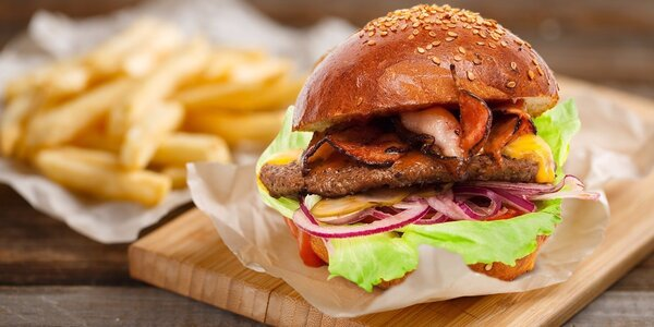 Naducané burger menu s Coleslawem a pivem