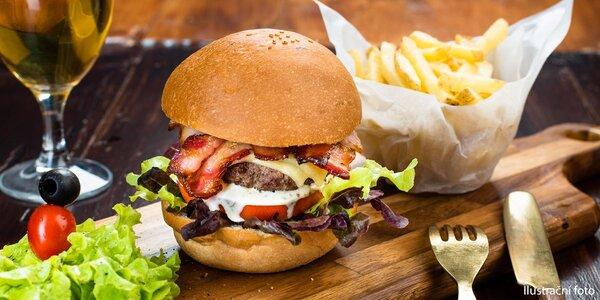 Dva domácí burgery se slaninou a hranolky