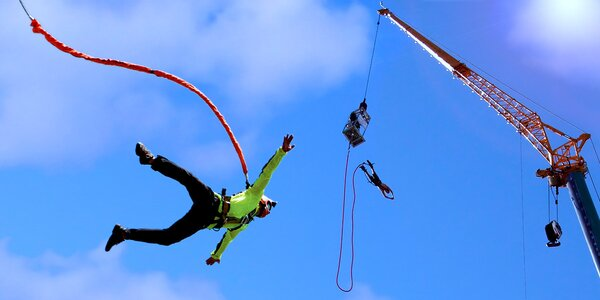 Extrémní bungee jumping z jeřábu