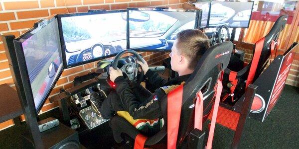 Jízda na závodním automobilovém trenažéru
