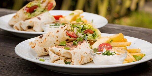 Naducaná tortilla s kuřecím masem a zeleninou