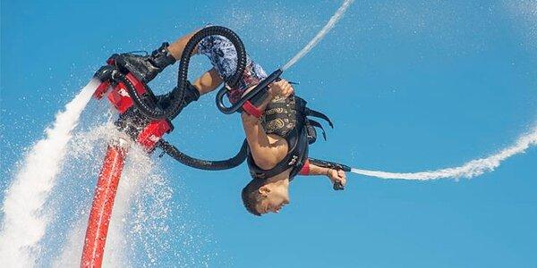Let nad vodou na flyboardu