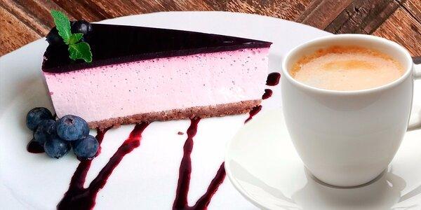 Domácí borůvkový cheesecake s kávou