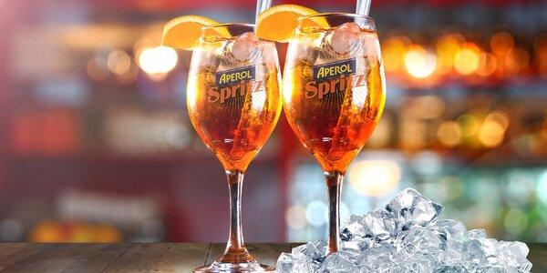 Dvě sklenky osvěžujícího drinku Aperol Spritz