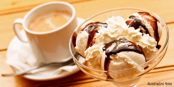 Ovocný zmrzlinový pohár a vybraný nápoj