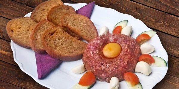 Tatarský biftek a křupavé topinky s česnekem