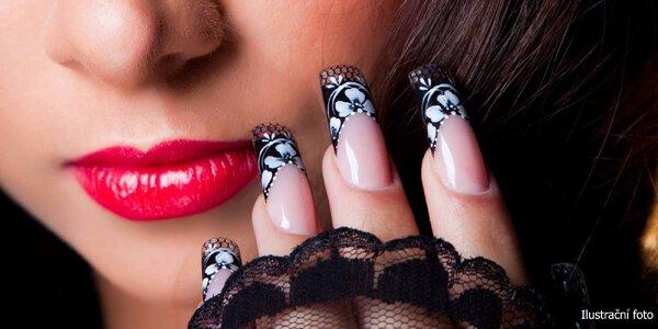 Manikúra s krajkovým zdobením nehtů