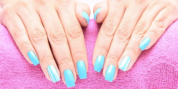 Modeláž nových gelových nehtů nebo doplnění
