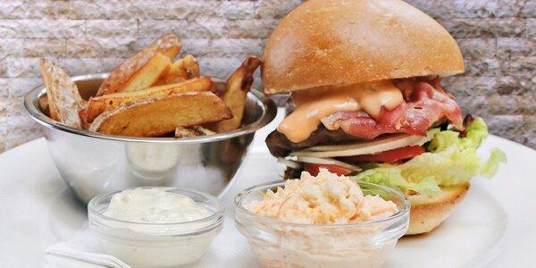 Vydatný burger, hranolky a salát Coleslaw