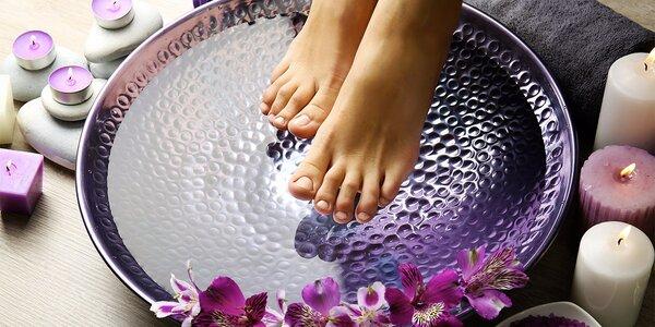 Pedikúra mokrou metodou s masáží a lakováním