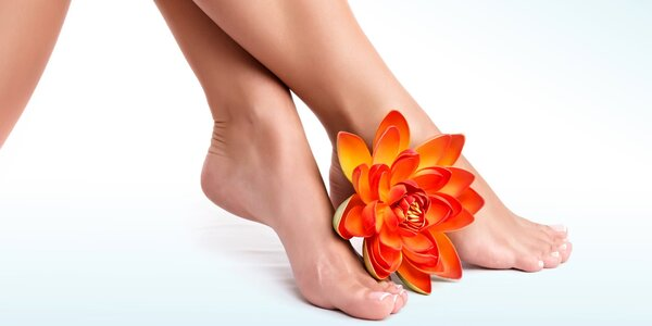 Péče o nohy s mokrou pedikúrou, masáží a lakem