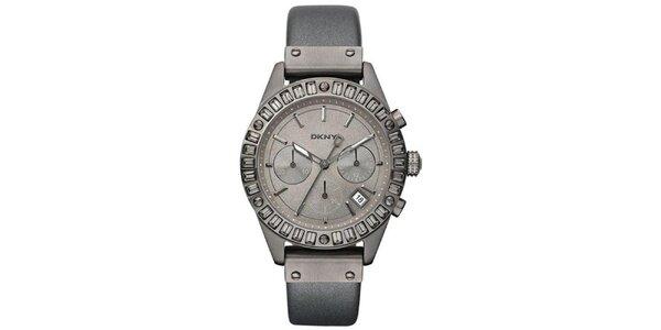 Dámské kouřově šedé ocelové hodinky DKNY s koženým řemínkem