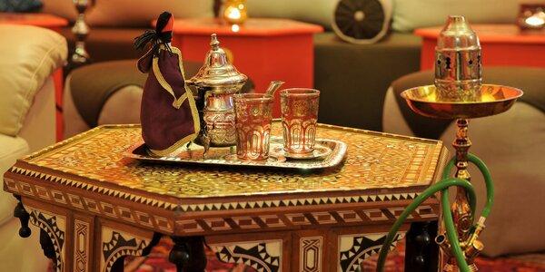 Vodní dýmka a konvička čaje v marocké kavárně
