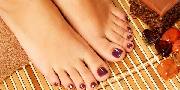 Péče o nehty na nohou s lakováním a zdobením