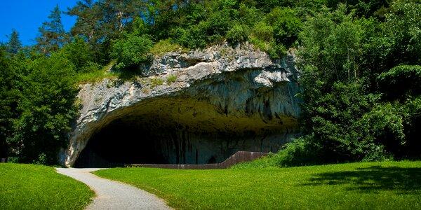 Moravský kras se vstupy do jeskyní a polopenzí