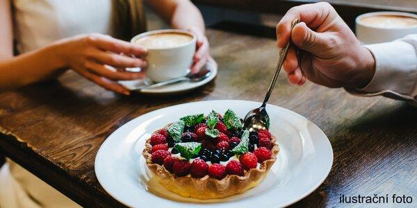 Příjemné posezení s kávou a dortem pro dva