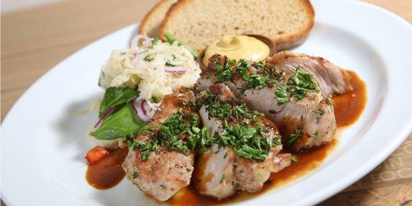 Špalek z krkovičky s hořčicí, salátem a chlebem