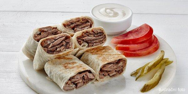 Kebab s sebou: vepřové maso a salát v tortille