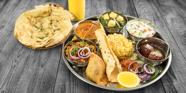 Indické vegetariánské menu s dezertem a lassi