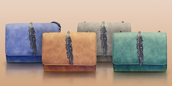 Nápadité kabelky s ozdobným kovovým pírkem