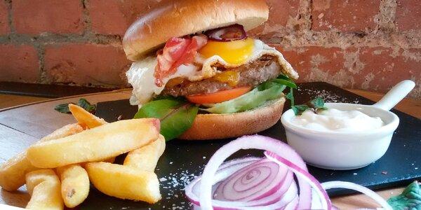 Hovězí burger s vejcem a hranolky