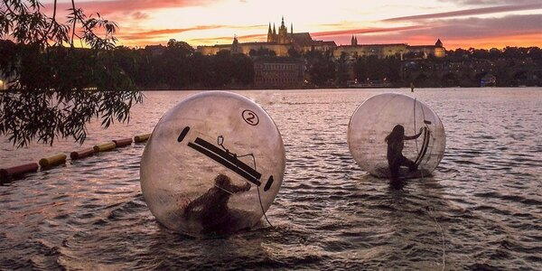 Proběhněte se po Vltavě: 10 minut zorbingu