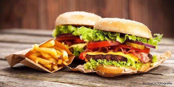 Dva hovězí burgery s hranolky a dvěma omáčkami