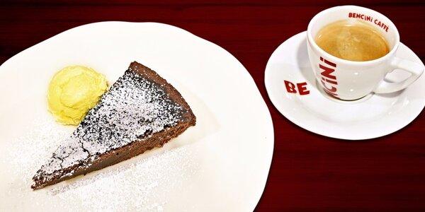 Teplý čokoládový moučník se zmrzlinou a káva