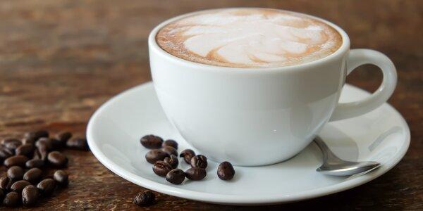 Šálek kávy a balíček kvalitních zrnek k tomu