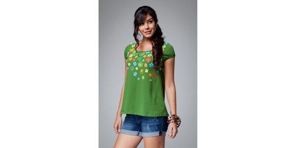 Dámské zelené tričko Como Una Regadera s květinovým motivem