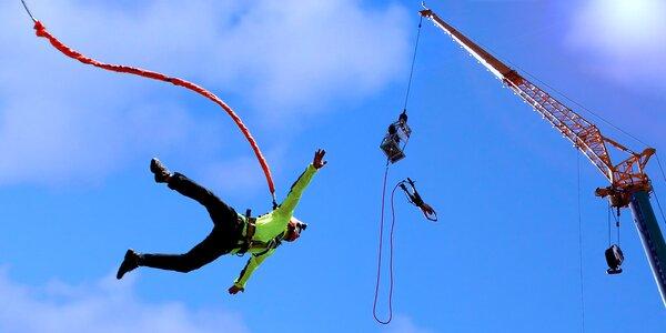 Noční extrémní bungee jumping z televizní věže