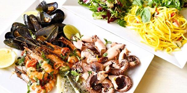 Plato mořských plodů a ryb, salát a pasta pro 2
