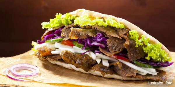 Extra natřískaný telecí kebab v tureckém chlebu