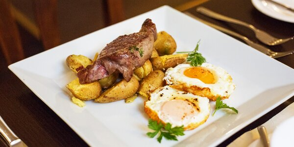 Snídaně jako v USA: hovězí steak, džus a káva