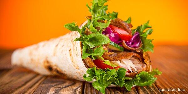 Tortilla s hovězím nebo falafelem a Coca Cola