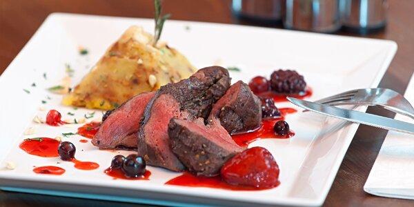 Menu s jelením steakem i okounem a lahví vína