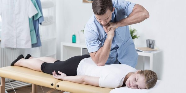 Uvolnění zad pomocí Dornovy terapie a následná Breussova masáž