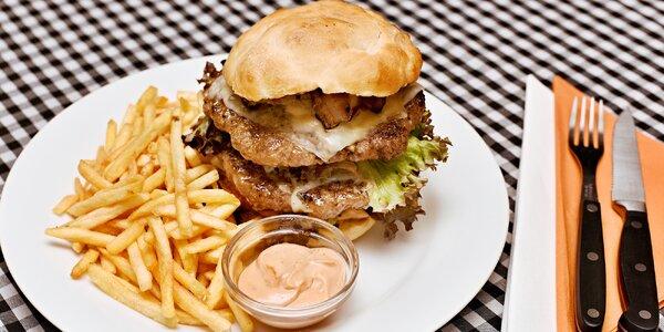 Balkánský burger v domácí housce s hranolky