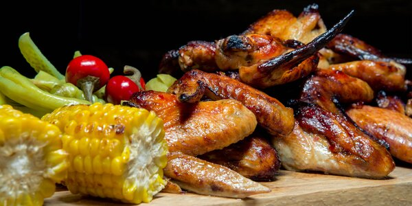 2 kg kuřecích křídel, kukuřičné klasy a topinky