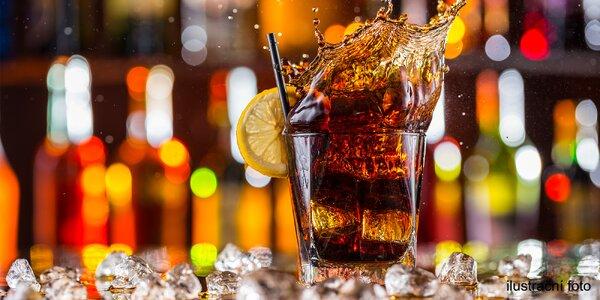 Míchaný drink v klubu, kde se hraje do rána