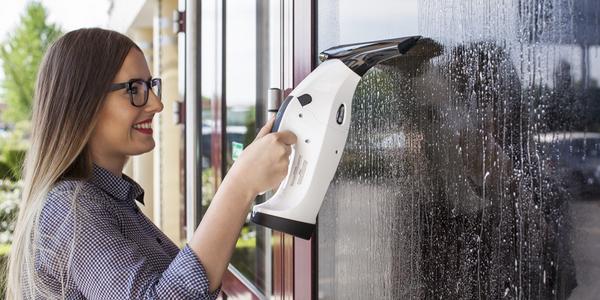 Tryskový čistič oken s funkcí ručního vysavače
