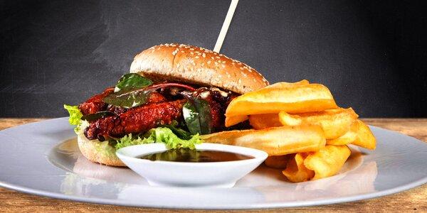 Burger s trhaným vepřovým masem a hranolky
