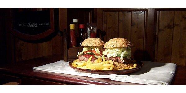Dva obří hamburgery v hromadě hranolek
